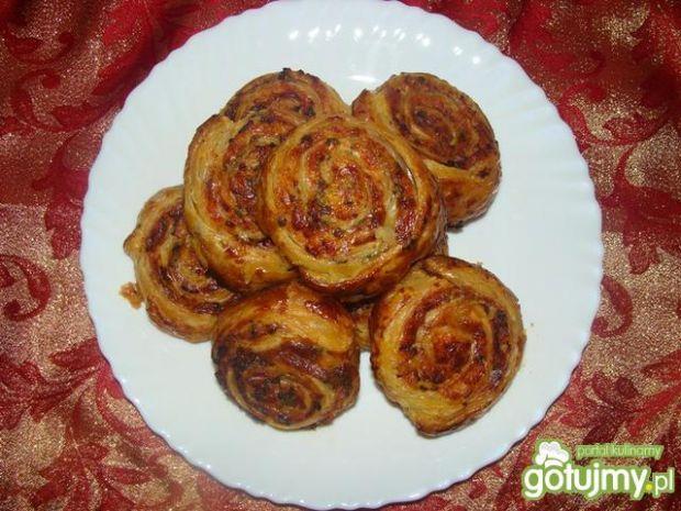 Ślimaczki z ciasta francuskiego z szynką