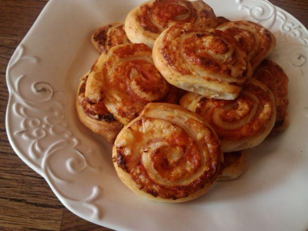 Ślimaki z ciasta francuskiego z serem gouda
