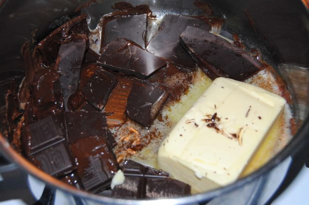 Śliwka w czekoladzie pod cynamonowa kruszonką