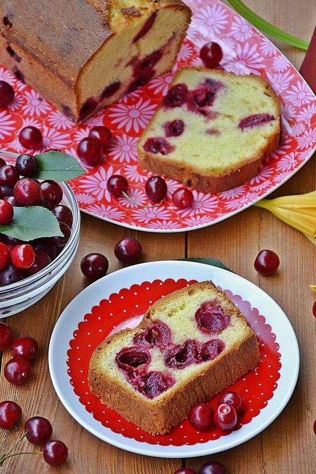 Słodki chlebek z wiśniami