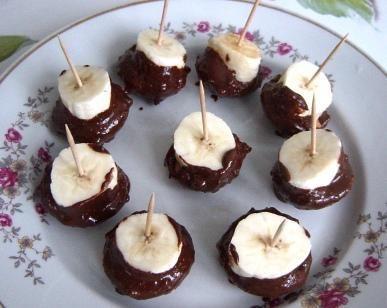 Słodkie koreczki bananowe