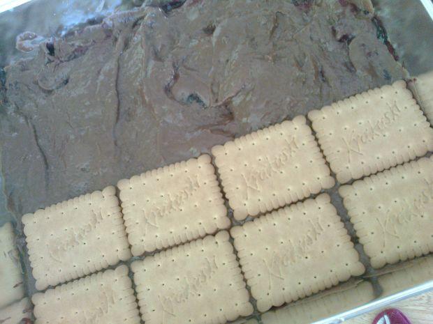 Słodkokwaśne ciasto na herbatnikach bez pieczenia