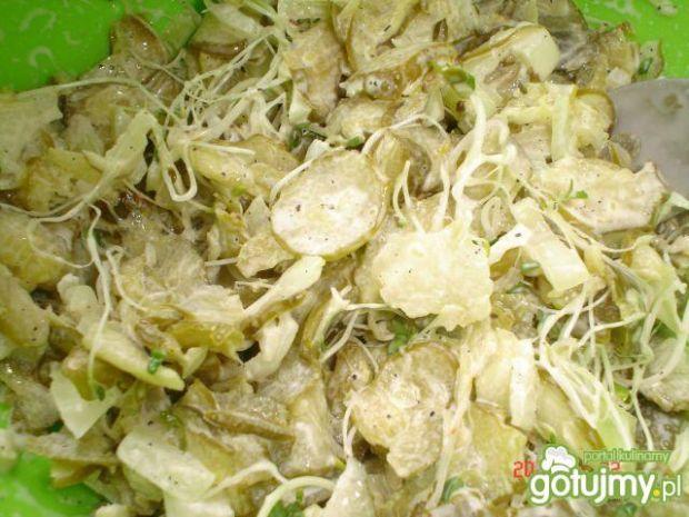 Smaczna sałatka z ogórków kiszonych