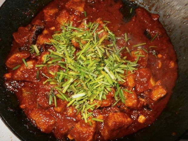 Smażona szynka w sosie pomidorowo - szczypiorkowym