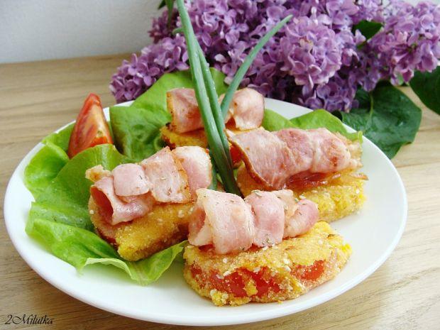 Smażone pomidory z chipsami z boczku