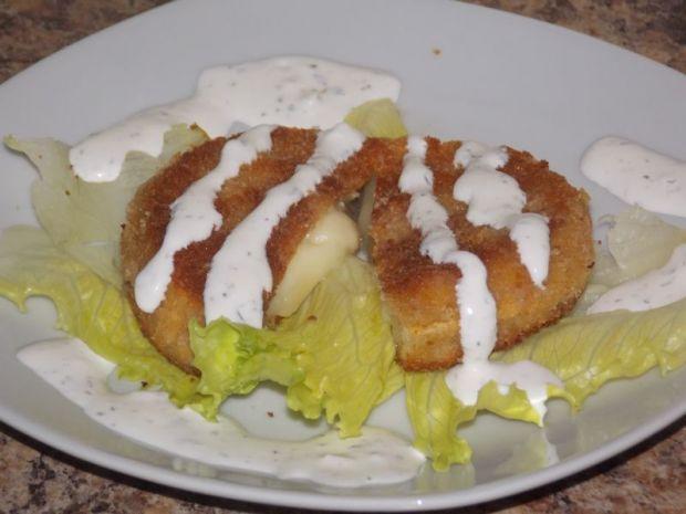 Smażony camembert z sosem czosnkowym