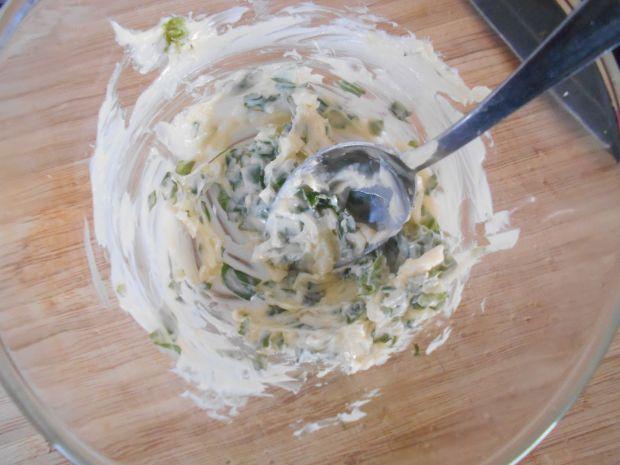 Smażony halibut z bazyliowym masłem