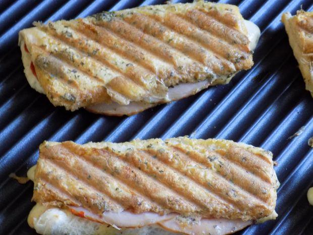 Śniadaniowe rollsy z chleba tostowego z grilla