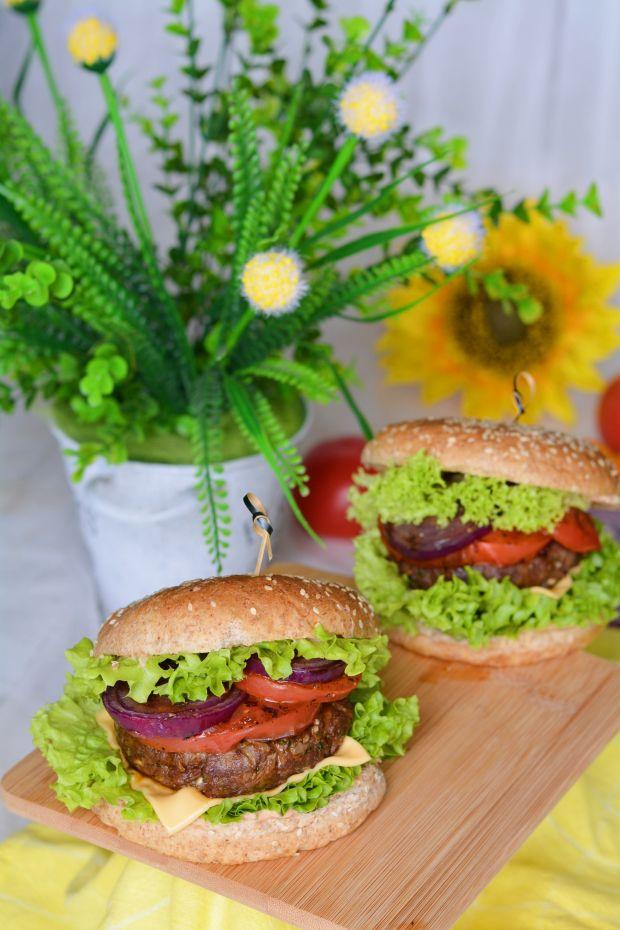 Soczysty cheeseburger wołowy z sosem i warzywami