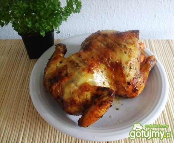Soczysty kurczak pieczony w całosci