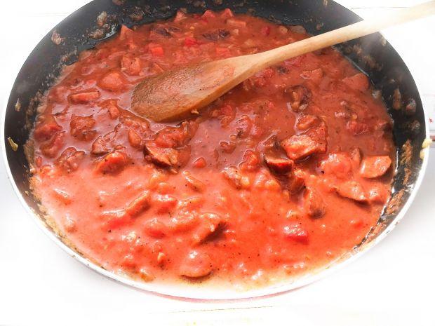 Sos pomidorowy na cebulce z kiełbasą i papryką