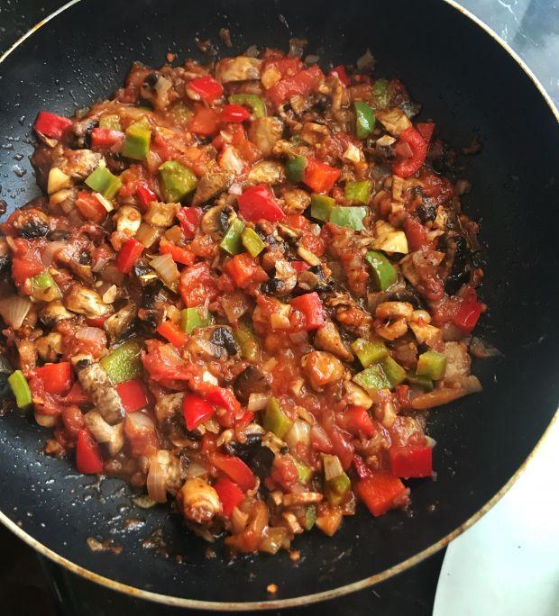 Sos pomidorowy z pieczarkami, papryką i cebulą