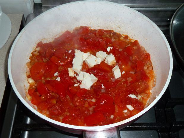 Sos z pieczonej papryki z serem feta