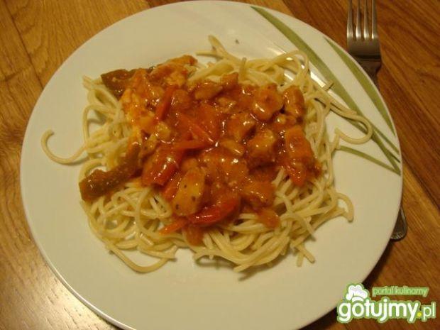 Spagetti z sosem słodko-kwaśnym