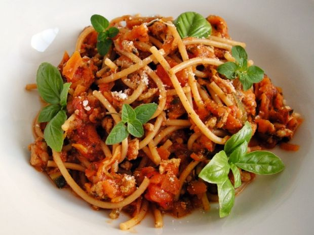 Spaghetti pełnoziarniste z domowym sosem