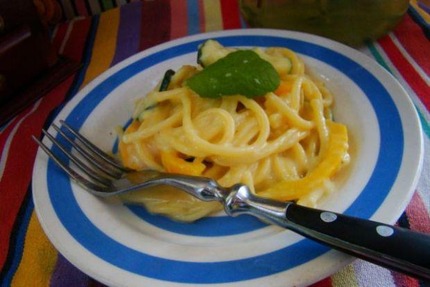 Spaghetti w sosie serowym z cukinią i papryką