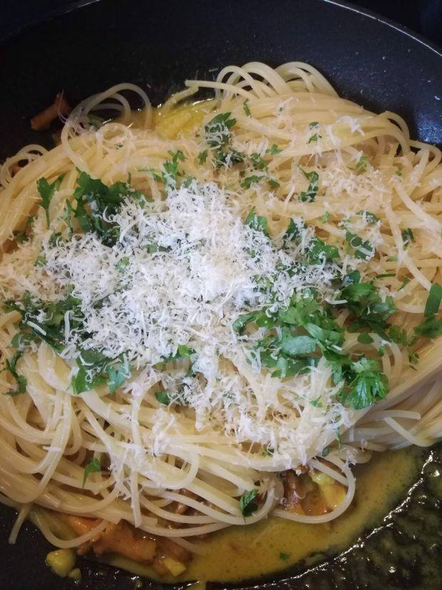 Spaghetti w winnym sosie z kurkami