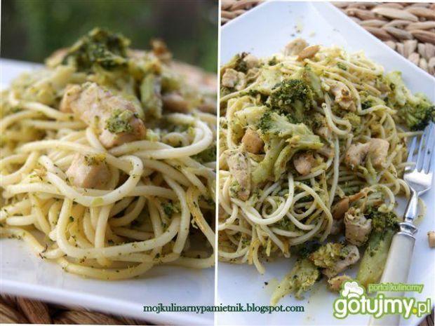 Spaghetti z brokułem i piersią