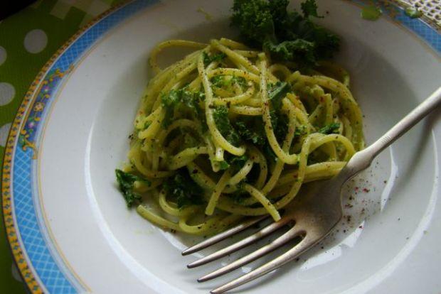 Spaghetti z czosnkiem niedźwiedzim i jarmużem.