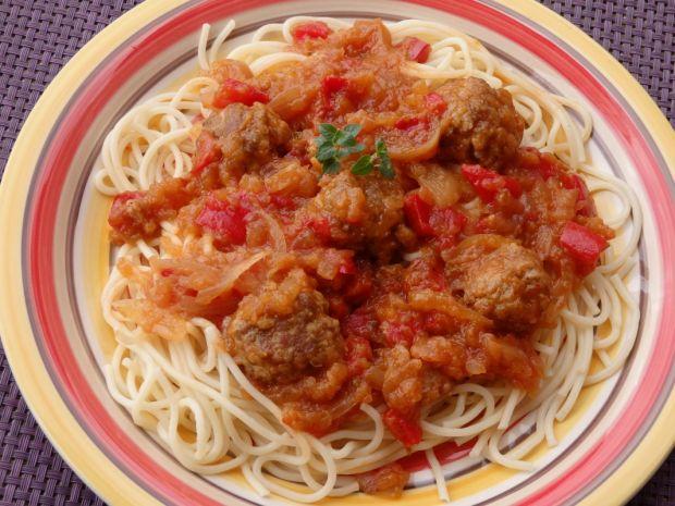 Spaghetti z domowym sosem cukiniowym i klopsikami