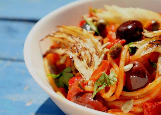 Spaghetti z grillowanym fenkułem, pomidorkami