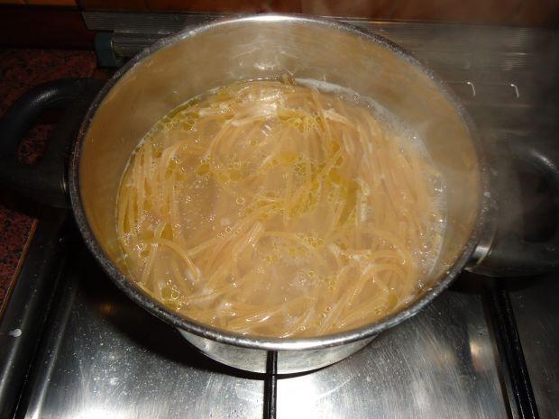 Spaghetti z kurczakiem, brokułami i bazylią