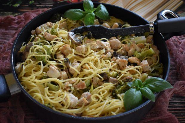 Spaghetti z kurczakiem i brokułem