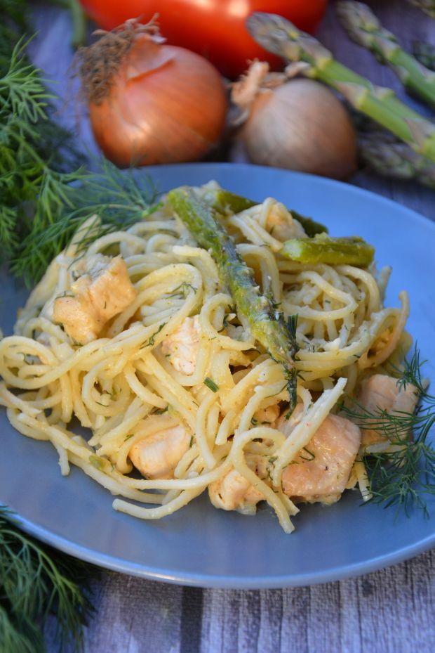 Spaghetti z kurczakiem i szparagami w sosie