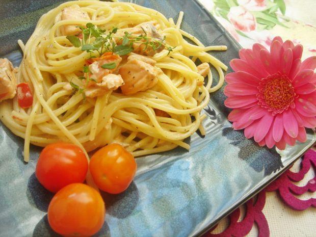 Spaghetti z łososiem, papryką ramiro i pomidorkami