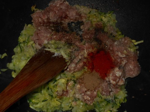 Spaghetti z mięsem i cukinią w sosie śmietanowym