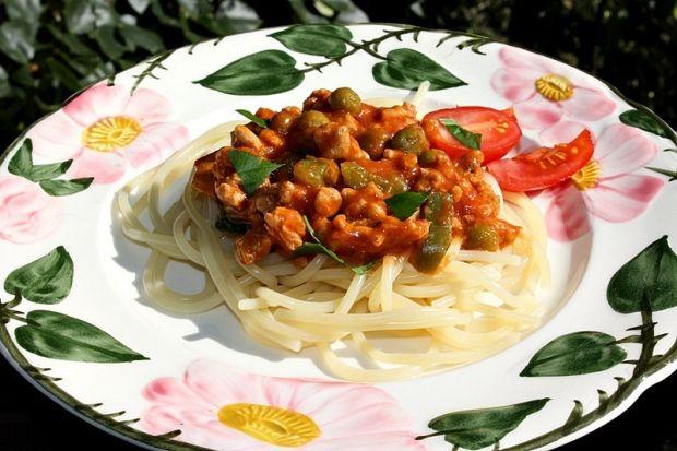 Spaghetti z mięsem mielonym, papryką i groszkiem