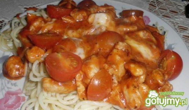 Spaghetti z mozzarellą i kurczakiem
