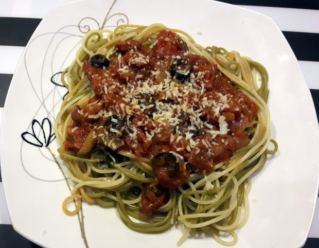 Spaghetti z oliwkami i chorizo
