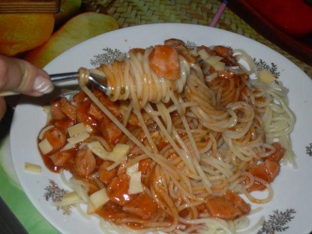 Spaghetti z parówkami w sosie pomidorowy