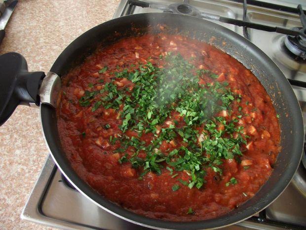 Spaghetti z parówkami w sosie pomidorowym