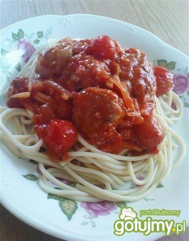 Spaghetti z pulpetami i pomidorkami