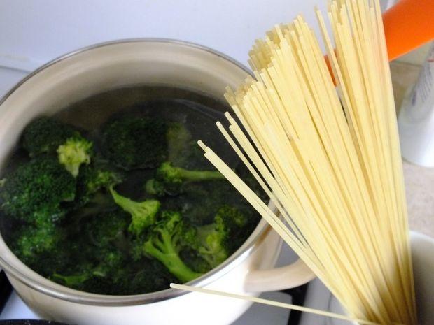 Spaghetti z sosem drobiowo - brokułowym