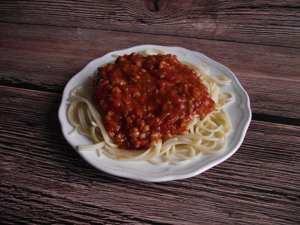 Spaghetti z sosem mięsnym na duszonych warzywach