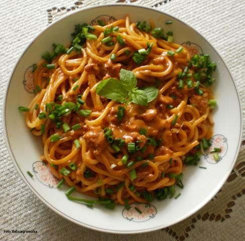 Spaghetti z sosem mięsnym na śmietance