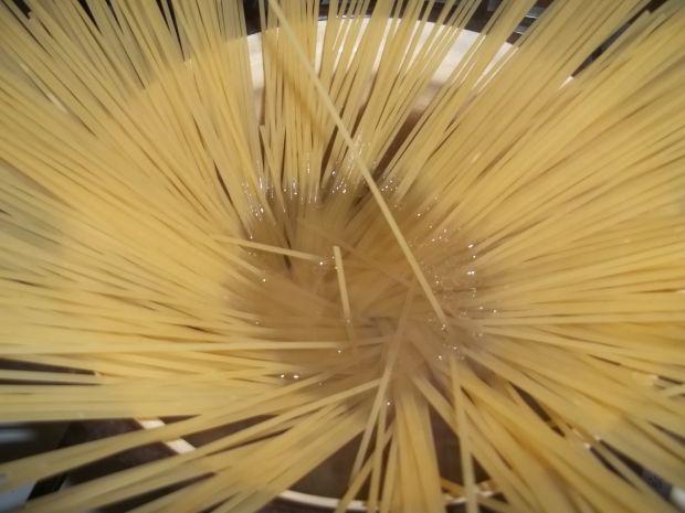 Spaghetti z sosem pomidorowym z parówkami