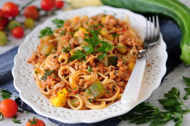Spaghetti ze świeżych pomidorów z cukinią