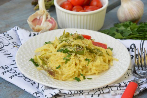 Spaghetti ze szparagami i sezamem w śmietanie