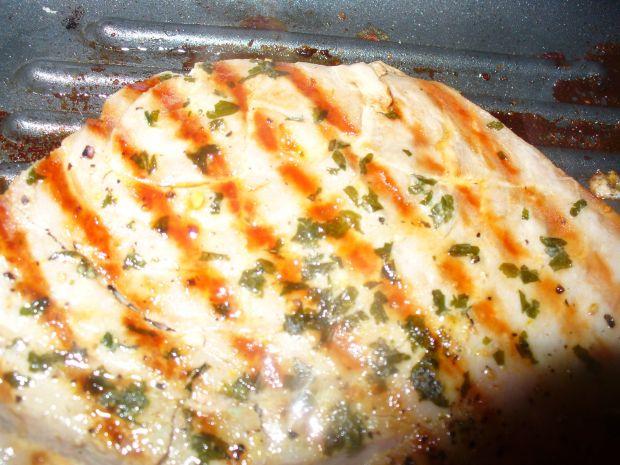 Stek z tuńczyka z natką i czosnkiem - grillowany