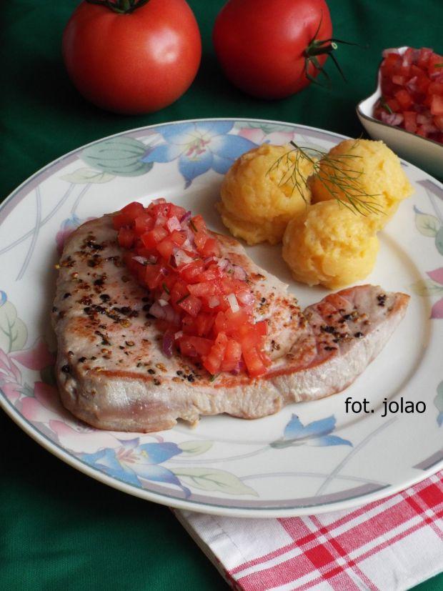 Stek z tuńczyka z salsą pomidorową