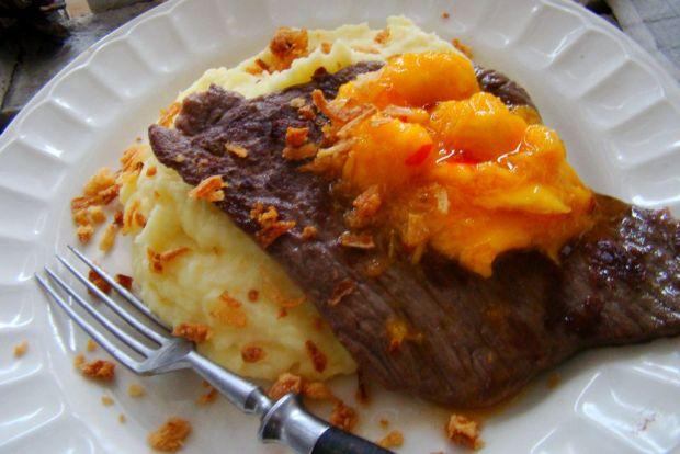 Stek z udźca na puree z salsą z mango