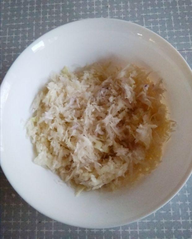 Surówka Coleslaw z białej i czerwonej kapusty.