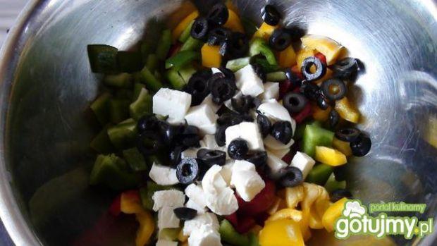 Surówka jesienna z czarnymi oliwkami .