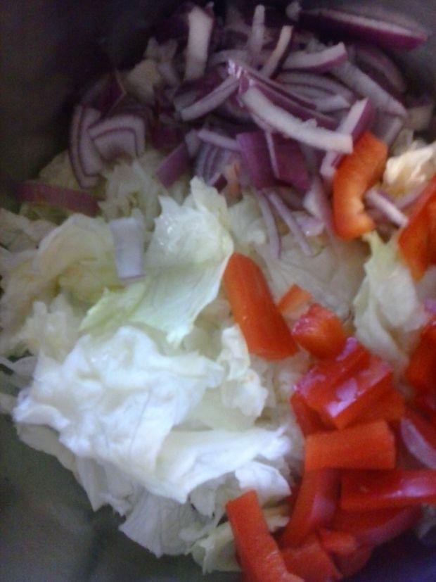 Surówka lodowa z papryką i czerwoną cebulą