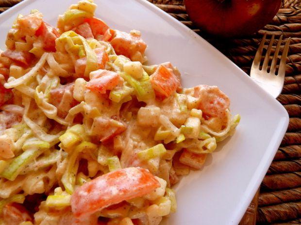 Surówka obiadowa z porem, jabłkami i pomidorami