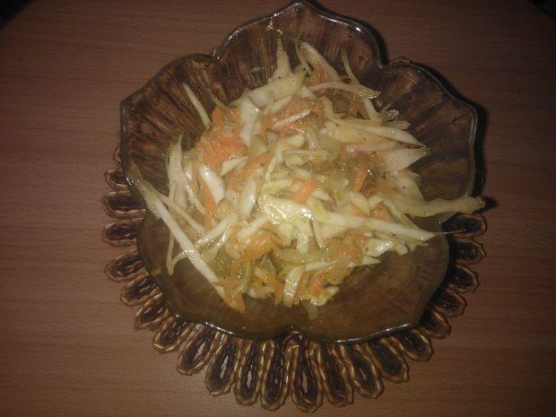 Surówka z białej kapusty i ogórka kiszonego